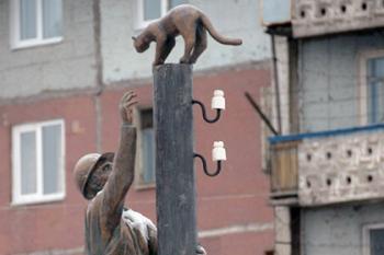 памятник спасающему кошку электромонтеру